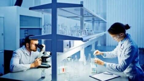 iki bilim insanı laboratuvarda deney yapıyor
