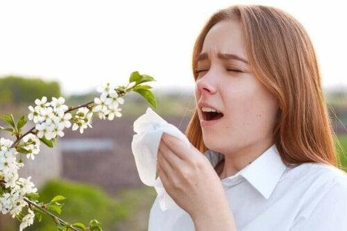 çiçek hapşıran kadın