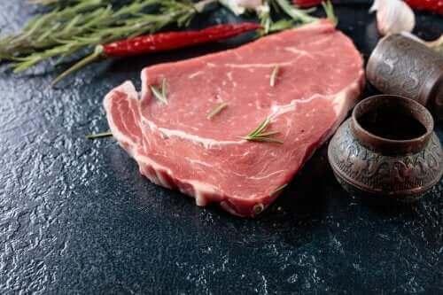 bir dilim çiğ kırmızı et