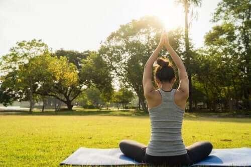 egzersiz yapan kadın bel ağrısını iyileştirmek