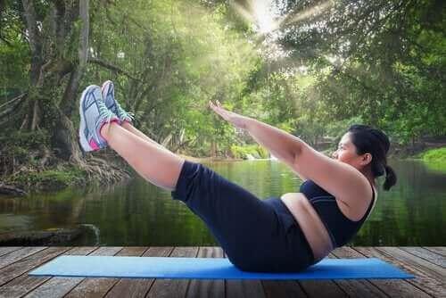 egzersiz yapan kilolu kadın