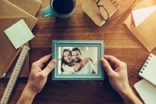 Bir kişinin elinde tuttuğu bir fotoğraf çerçevesi.