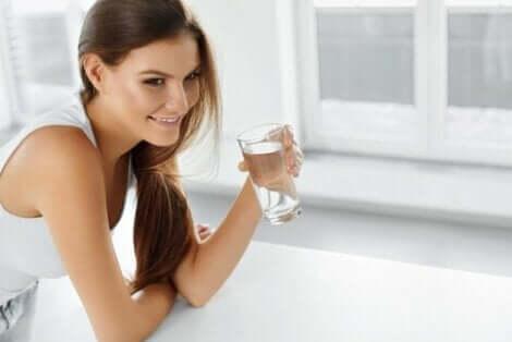Bakteriyel gastroenterit tedavisi için sıvı alımını artıran kadın