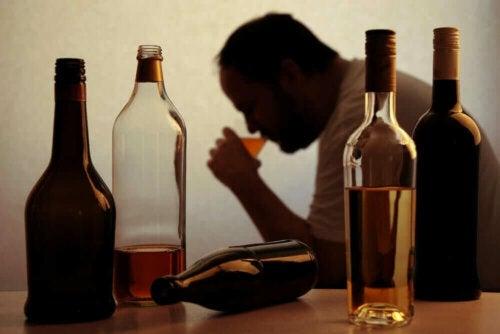 içki şişeleri adam alkolizmin nedenleri