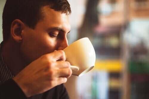 Kahve içen bir adam.