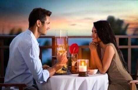 Cinsel dürtüyü uyandırmak için romantik yemeğe çıkan çift