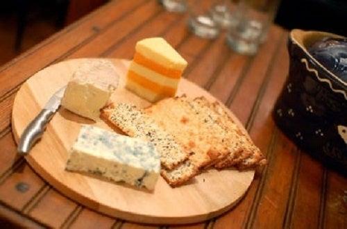 Bir tabakta ayarlanmış farklı peynir türleri.