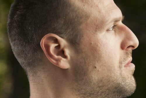 Fotoğrafı profilden çekilmiş bir adam.