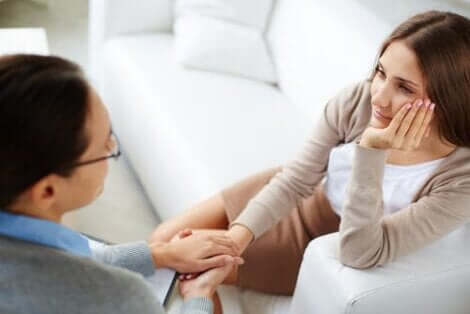 Ayrılık sonrası psikolojik destek alan kadın
