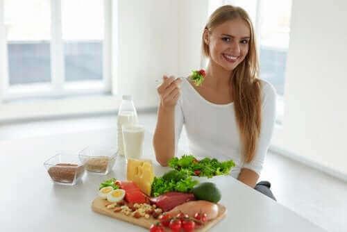 sağlıklı yiyecekler yiyen kadın kanseri önlemeye yardımcı