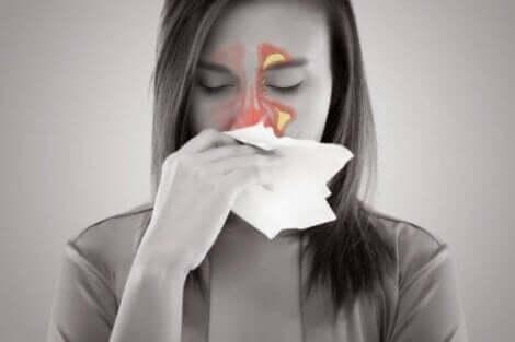 bir kadın burnunu siliyor
