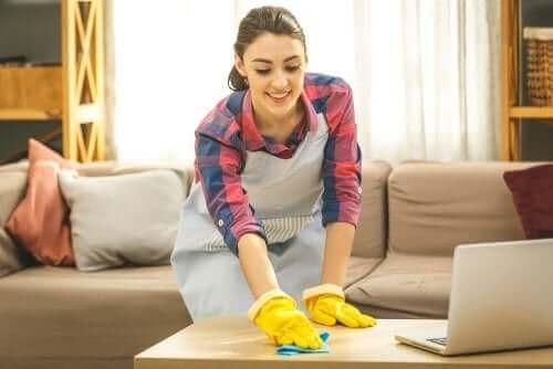 temizlik yapan kadın antibiyotik direnci