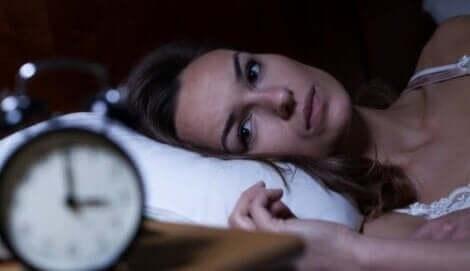 uykuya dalamayan bir kadın saate bakıyor