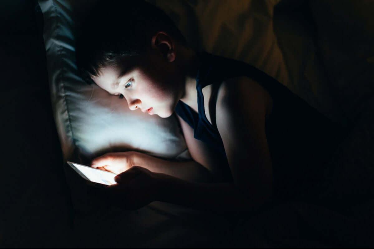 uyumadan önce tablete bakan çocuk