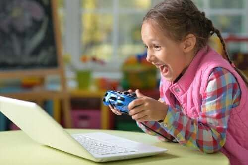 Video oyunları oynayan bir çocuk.