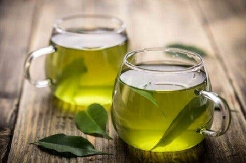 İki kupa yeşil çay.