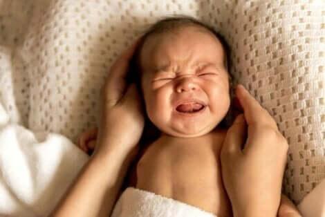 Yenidoğan koliği yaşayan bebek