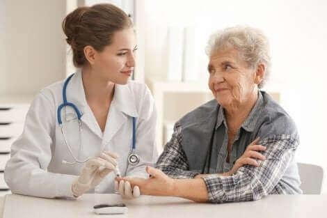 doktor yaşlı kadın