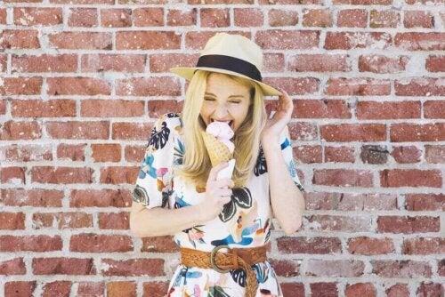 dondurma yiyen kadın