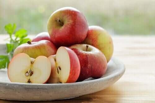 Bir kase elma.