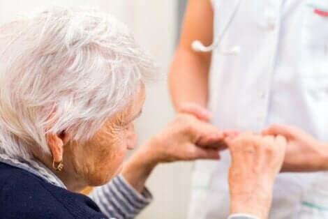 Günbatımı sendromu olan yaşlı kadın