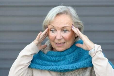 Kafası karışmış yaşlı kadın