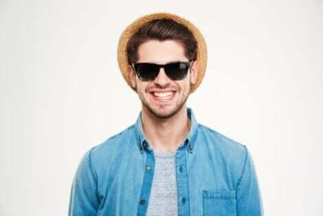 Güneş gözlüğü ve şapka takan adam