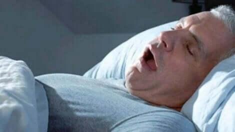 Bir adam uykusunda horluyor