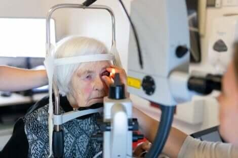 Göz muayenesi olan yaşlı kadın
