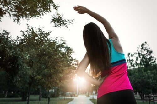 Bir kadın bir eli belinde bir eli havada esneme hareketleri yapıyor