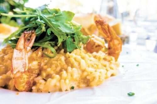 salata ve pirinç ile birlikte deniz tekesi yemeği