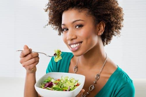 Çoban salatası yiyen kadın