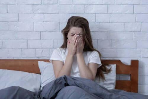 Stres yüzünden kötü hisseden kadın