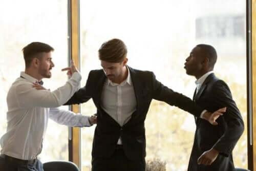İş yerinde bir kavgayı ayırmaya çalışan adam