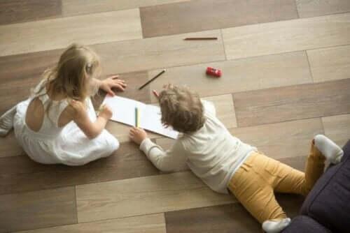 Yerde boyama yapan çocuklar