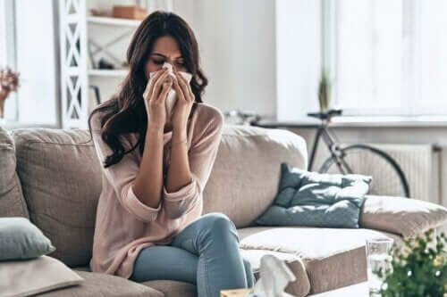 Alerji sebebiyle burnunu silen kadın