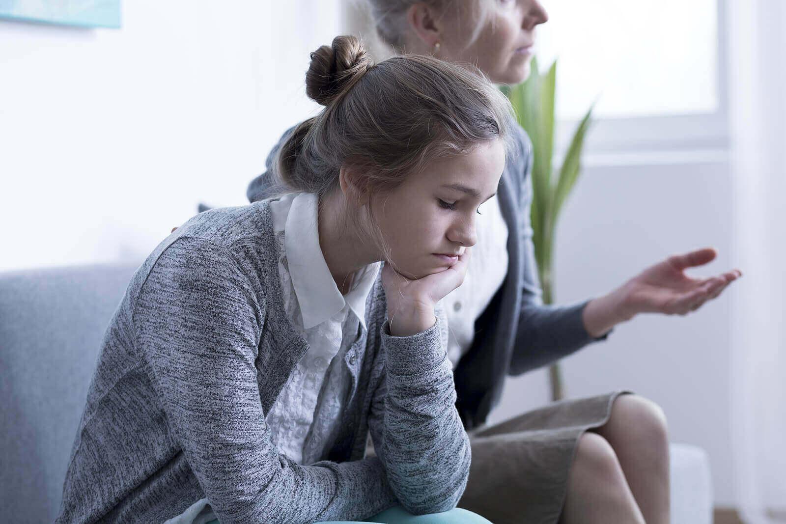 aile terapisi gören anne ve kızı