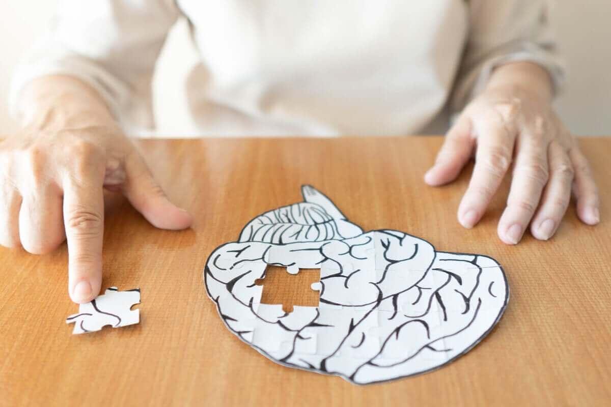 kağıttan beyin yapbozunu çözen eller
