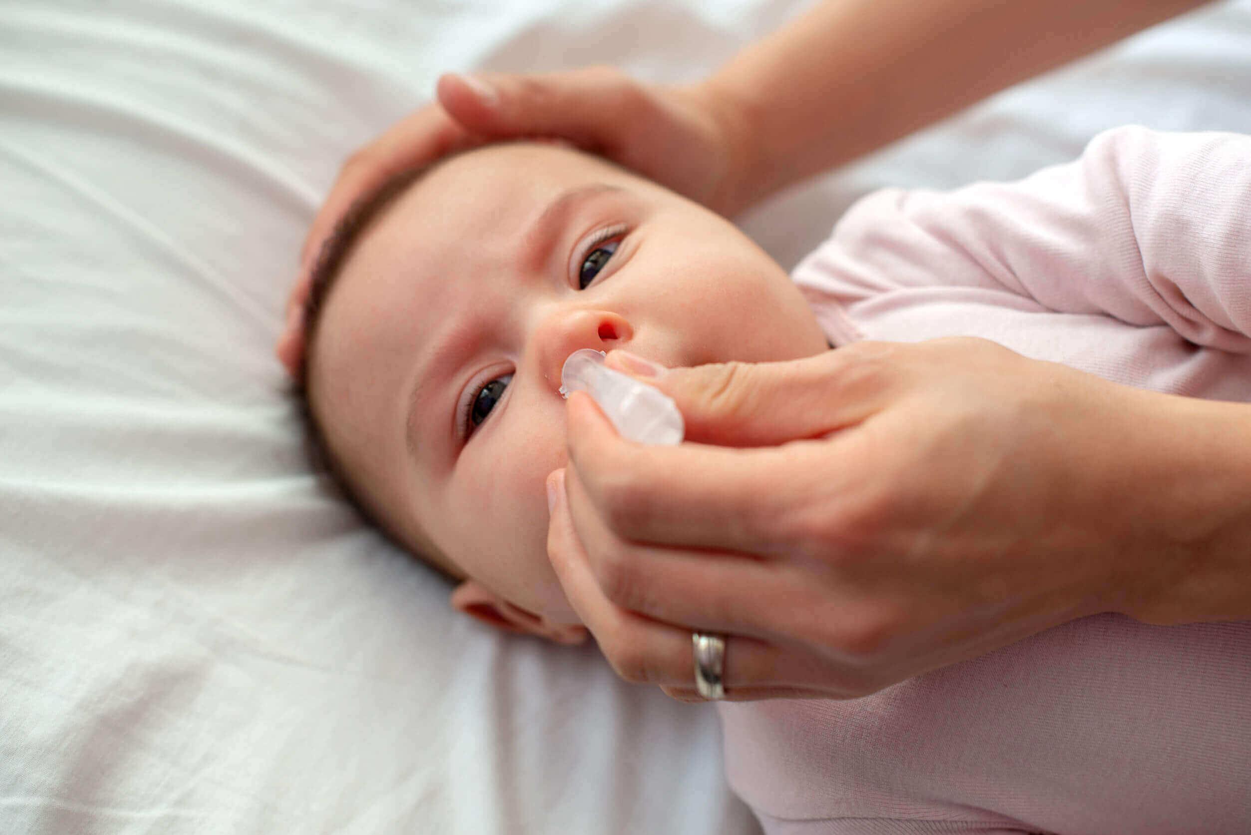 burun damlası damlatılan bebek