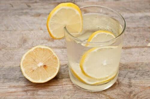 Bir bardak su içinde limon dilimleri