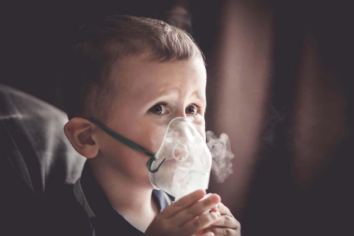 oksijen maskesiyle nefes alan çocuk