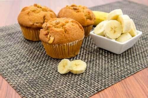 muzlu muffinler ve dilimli muzlar