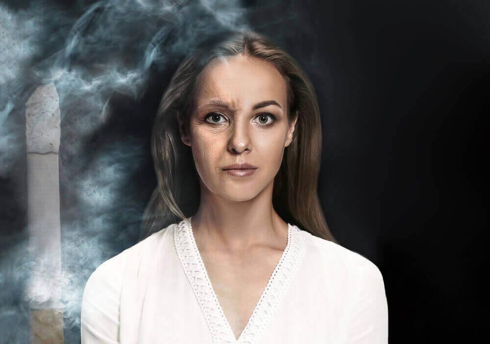 sigara, duman ve cildi yaşlanmış kadın