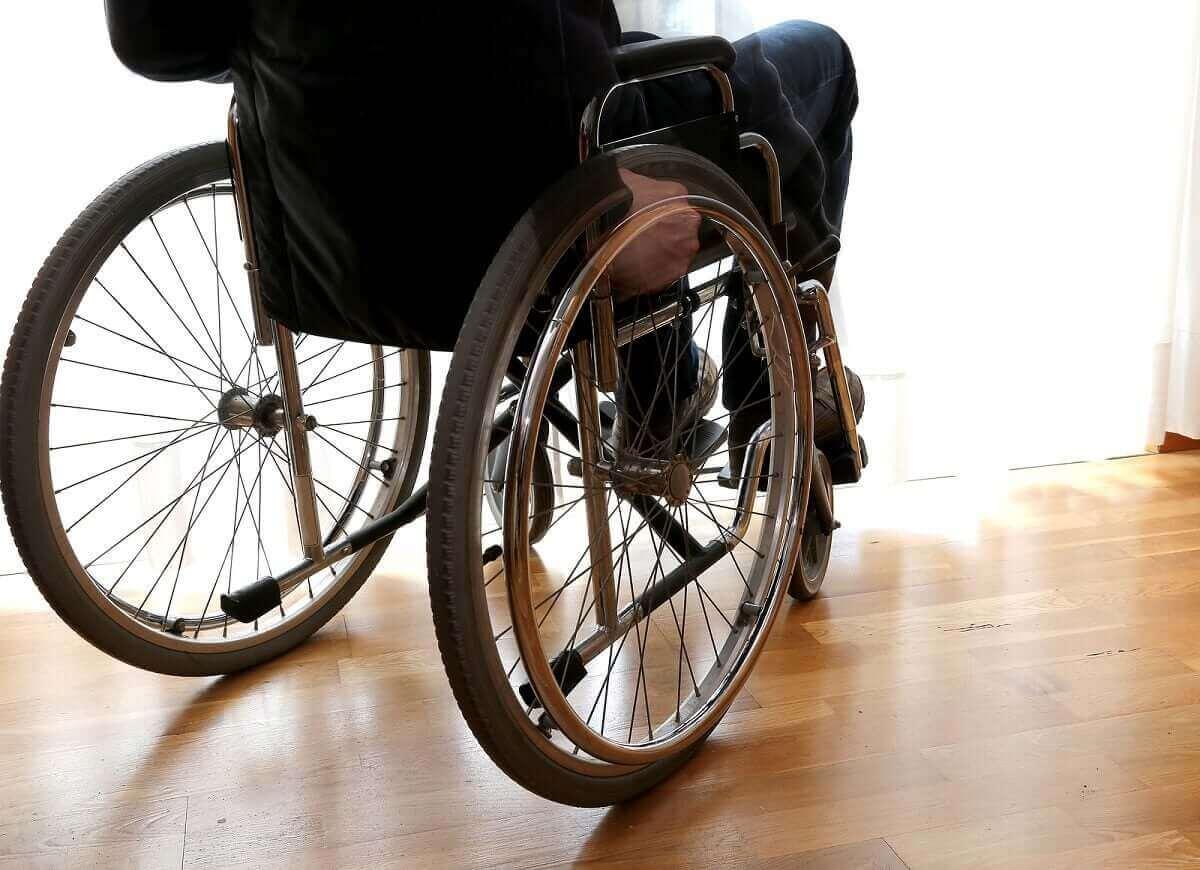 tekerlekli sandalyede oturan adam