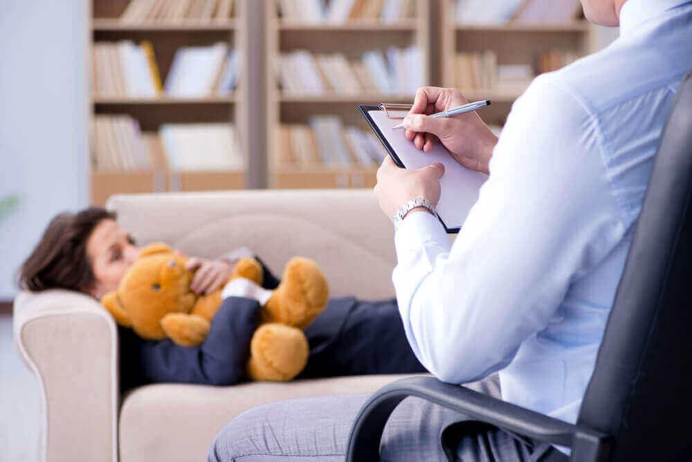 oyuncak ayılı çocuk terapi görüyor