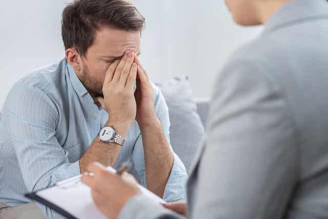 doktorla konuşan baş ağrılı adam