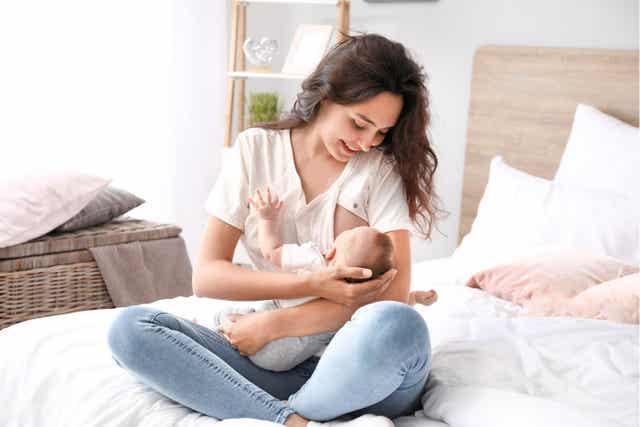 bebeğini emziren kadın