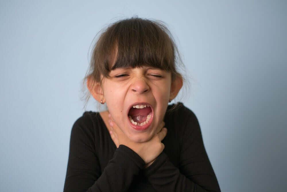 boğazını tutan küçük kız