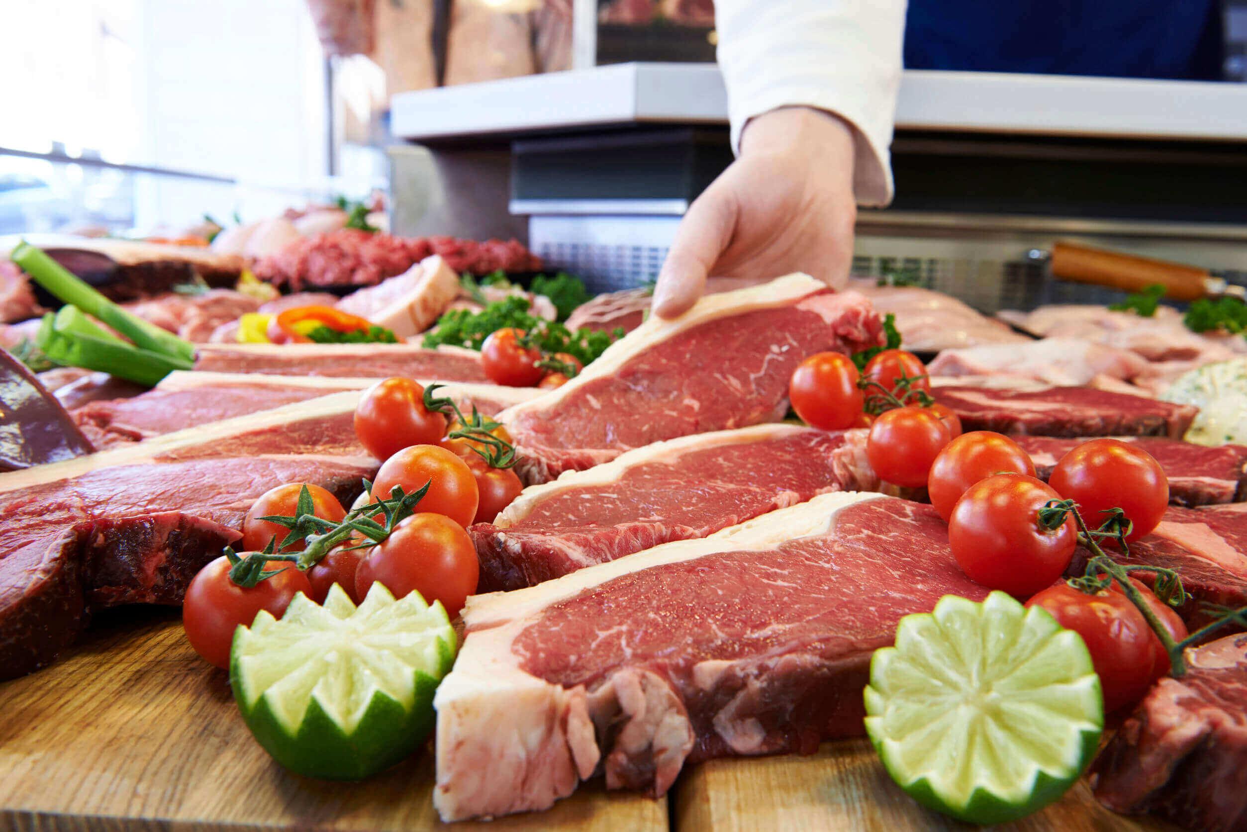 mutfakta hazırlanan et dilimleri ve sebzeler