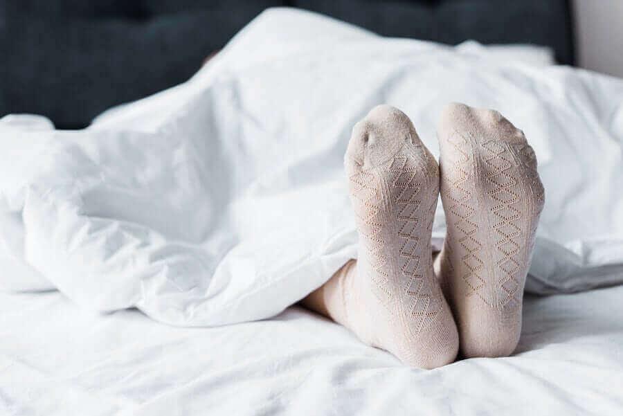çorapla uyuyan ayaklar